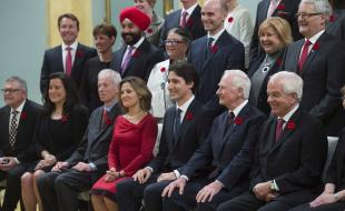 Governor General David Johnston joins Prime Minister Justin Trudeau and his new cabinet for a photo at Rideau Hall, in Ottawa, on November 4, 2015. (THE CANADIAN PRESS/Sean Kilpatrick)