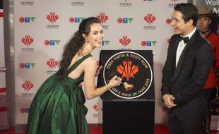 Figure skaters Tessa Virtue and Scott Moir sign their star as they are inducted into the 2018 Canada Walk of Fame during a press red carpet event in Toronto on ] December 1, 2018.(THE CANADIAN PRESS/Chris Young)