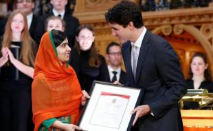 Canada's Prime Minister Justin Trudeau presents Malala Yousafzai with honorary Canadian citizenship during a ceremony in Ottawa on April 12, 2017. (REUTERS Photo)